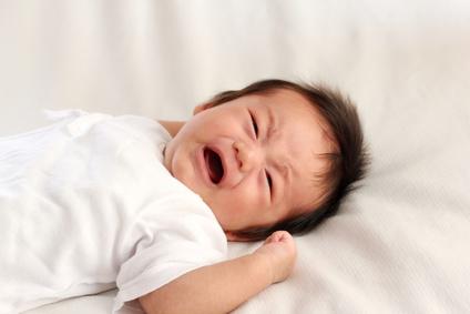 生後2ヶ月の泣いている赤ちゃん